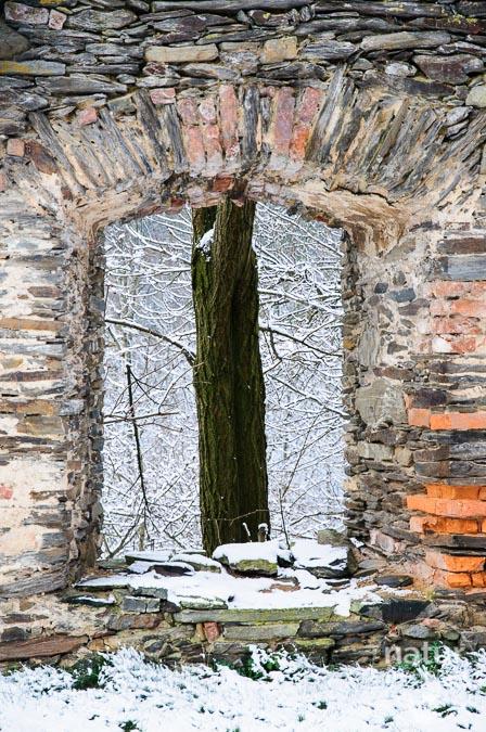 Blick durch die Klostermauern von Pernegg